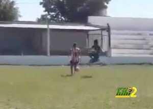 فيديو: لاعب يلجأ للتايكوندو من أجل إيقاف منافسه